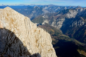 Südostwand des Lugauers mit steil einfallendem, gebanktem Dachsteinkalk